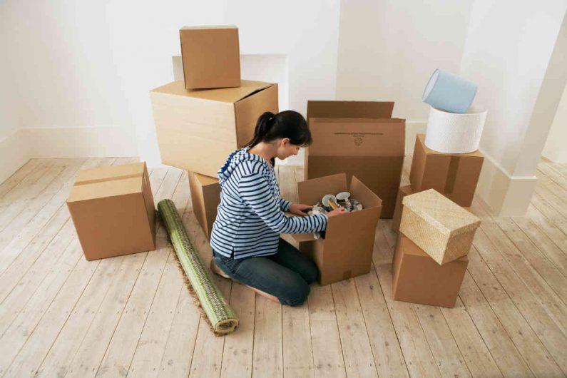 žena se pakuje