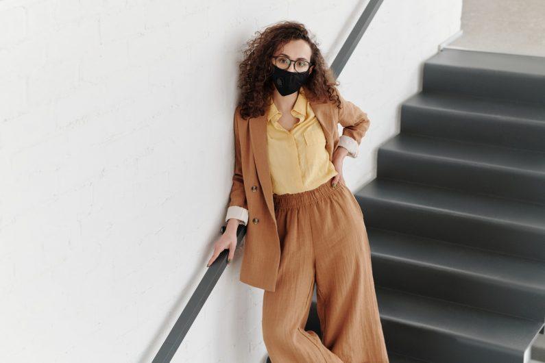 Devojka sa maskom