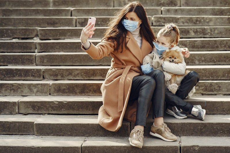 Devojka sa detetom na stepenicama