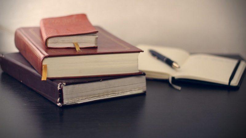 knjige-na-stolu-sveska