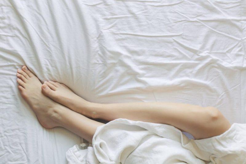 noge.krevet-bela-posteljina